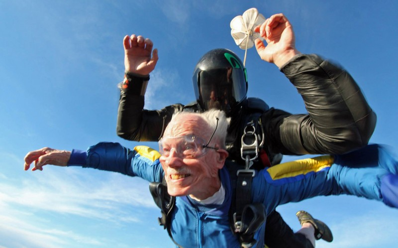 2_CATERS_100_YEAR_OLD_GRANDAD_SKYDIVE_BIRTHDAY_03-800x498
